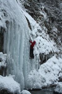Chloé, une cascade de glace, une rivière. Faites intéragir ces trois éléments.